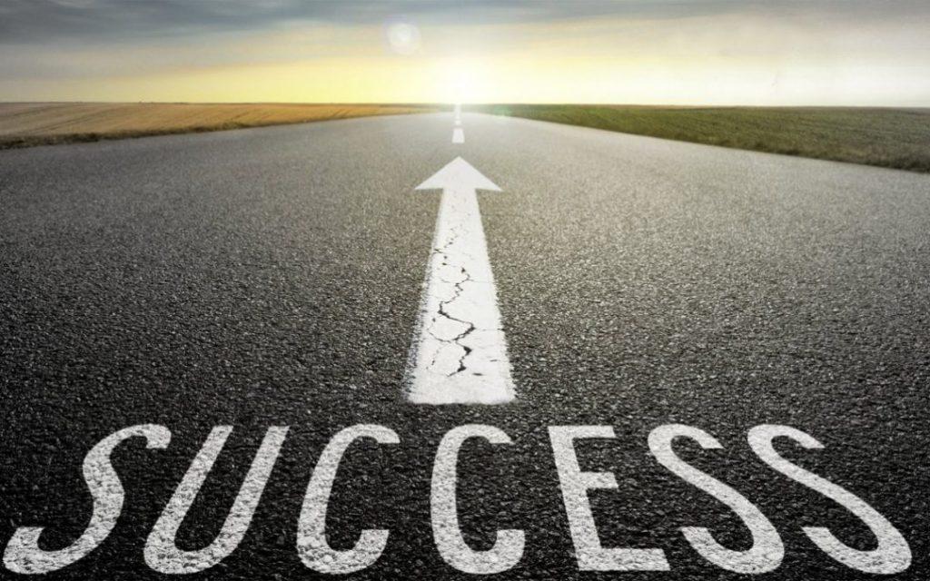 Pijl die naar het succes toe wijst.